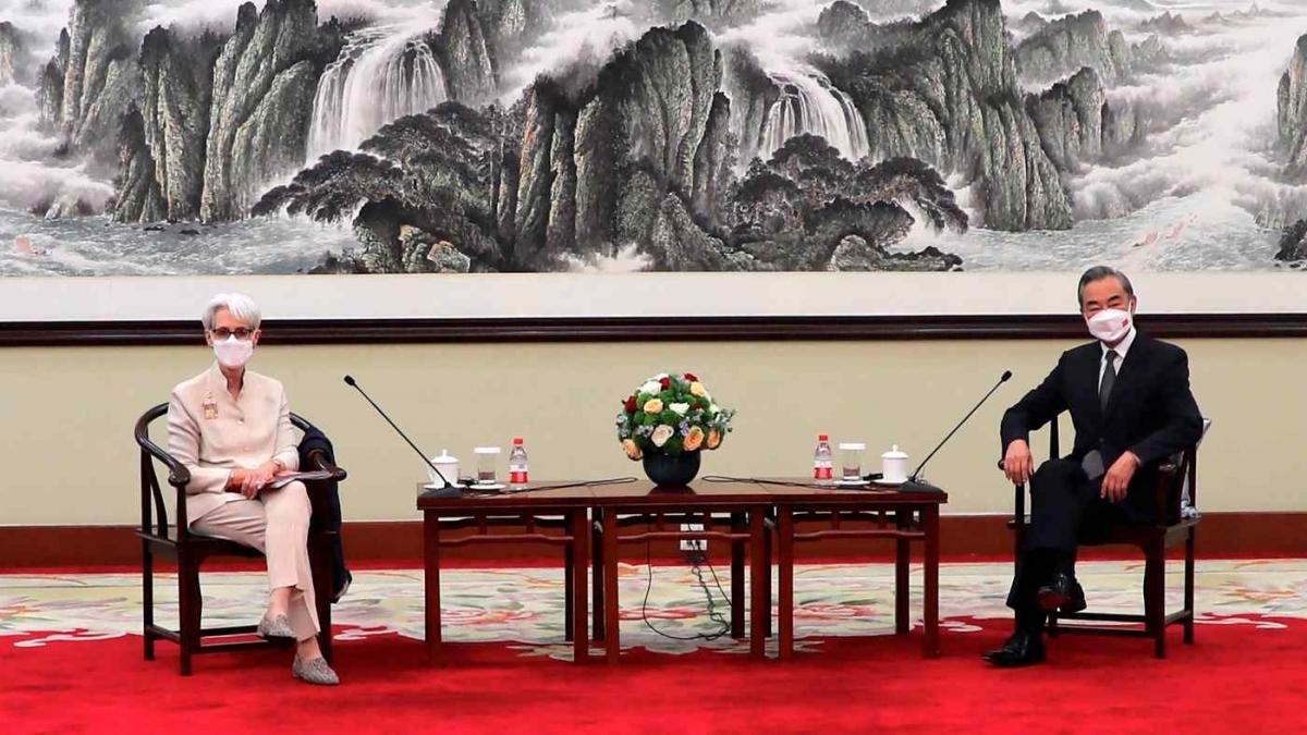 Thứ trưởng Ngoại giao Mỹ Wendy Sherman và Ngoại trưởng Trung Quốc Vương Nghị. Nguồn: AP