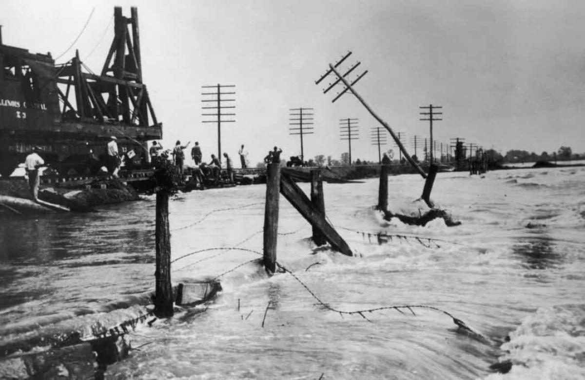 Trận lũ lụt ở Mississippi năm 1927.Trận lũ lụt lớn ởMississippixảy ra vào tháng 4/1927 là một trong những trận lụt tồi tệ nhất và có sức tàn phá nặng nề nhất trong lịch sử nước Mỹ. Ước tính có khoảng 1.000 người đã thiệt mạng trong thảm họa này. Cho đến cuối mùa hè năm 1927, nước lũ mới rút hết.