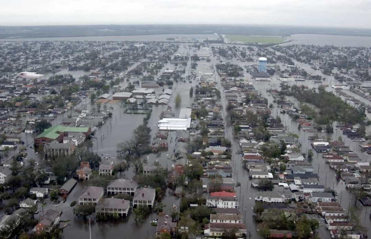 Bão Katrina năm 2005. Đây là một trong những cơn bão có sức tàn phá khủng khiếp nhất từng đổ bộ vào Mỹ, khiến phần lớn thành phố New Orleans, bangLouisianabị ngập lụt hoàn toàn. Gần 2.000 người thiệt mạng và 400.000 người mất nhà cửa sau trận lũ lụt này.