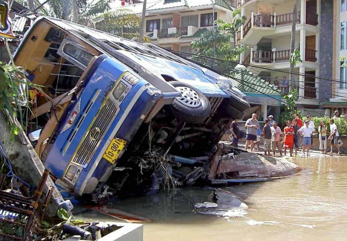 Sóng thần Ấn Độ Dương năm 2004. Một trận động đất mạnh ở Ấn Độ Dương đã tạo ra trận sóng thần khủng khiếp vào ngày 26/12/2004. Trận sóng thần đã cuốn qua bờ biển ở Banda Aceh trước khi đổ bộ vào bờ biển của Thái Lan, Ấn Độ và Sri Lanka. Gần 230.000 người đã thiệt mạng sau trận sóng thần, nhiều người do chết đuối, khiến đây trở thành một trong những thảm họa thiên nhiên chết chóc nhất trong lịch sử hiện đại.