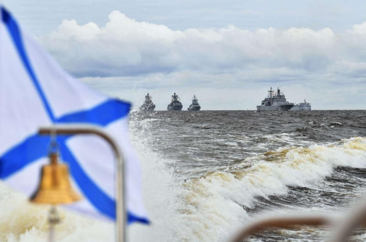 Các tàu chiến Nga trong lễ duyệt binh kỷ niệm Ngày Hải quân ở St Petersburg. Ảnh: Reuters