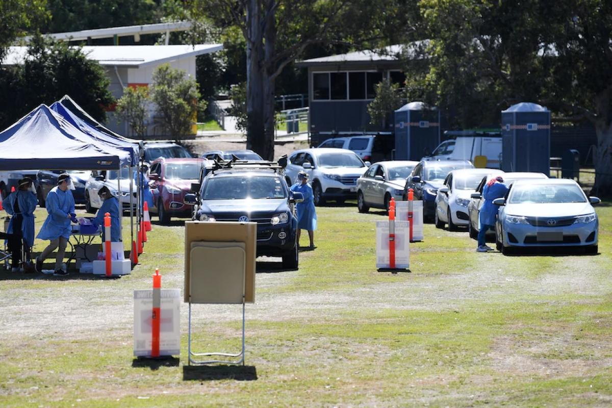 Người dân bang Queensland đi xét nghiệm Covid-19 tại một điểm xét nghiệm mới được lập ở vùng dịch. Nguồn: AAP