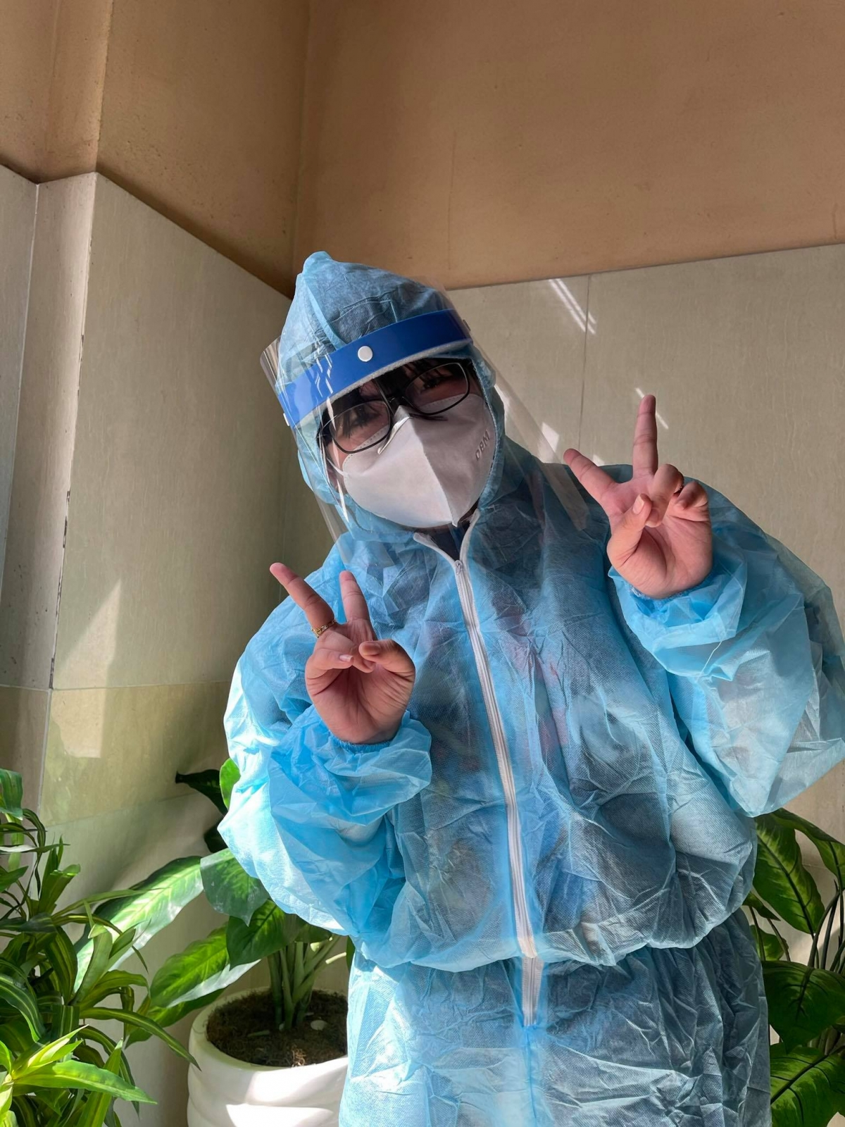 Nguyễn Lâm Tiểu Yến(18 tuổi) đã tham gia vào công tác lấy mẫu xét nghiệm tại nhiều địa điểm của thành phố. (Ảnh: NVCC)