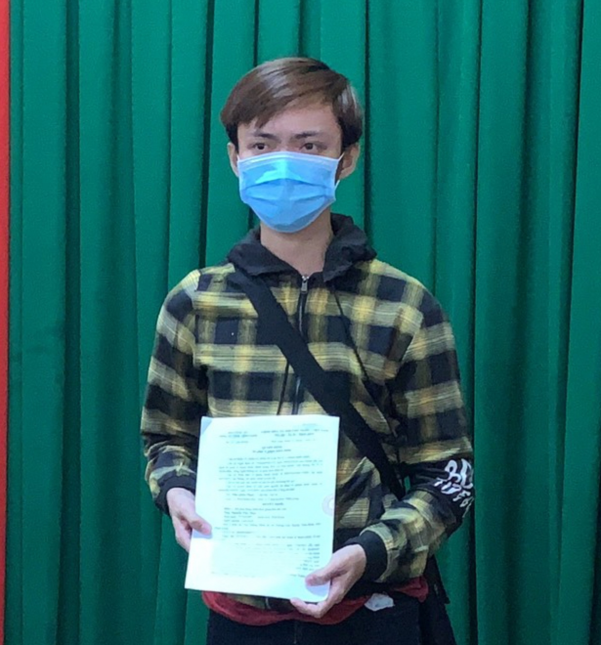 Nguyễn Văn Nhựt nhận quyết định xử phạt vi phạm hành chính.