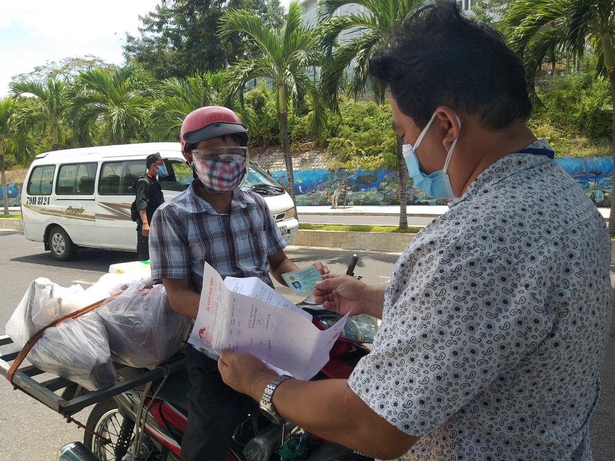 Lực lượng chức năng tăng cường kiểm soát người ra vào thành phố Nha Trang.