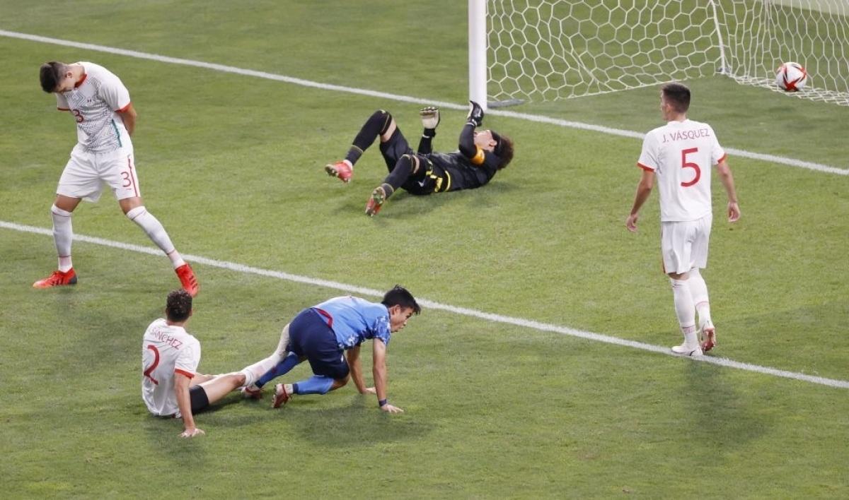 Nhật Bản mở tỷ số ngay phút thứ 6, Takefusa Kubo ập vào dứt điểm tung lưới Mexico sau đường chuyền dọn cỗ của Ritsu Doan. (Ảnh: Getty)