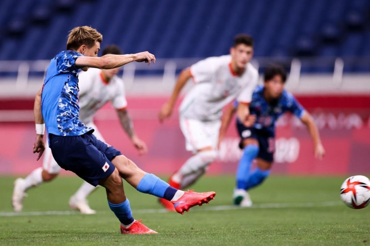 Ritsu Doan ghi bàn nâng tỷ số lên 2-0 cho Nhật Bản từ chấm phạt đền ở phút 11, sau khi VAR xác định Yuki Soma bị phạm lỗi trong vòng cấm Mexico. (Ảnh: Getty)