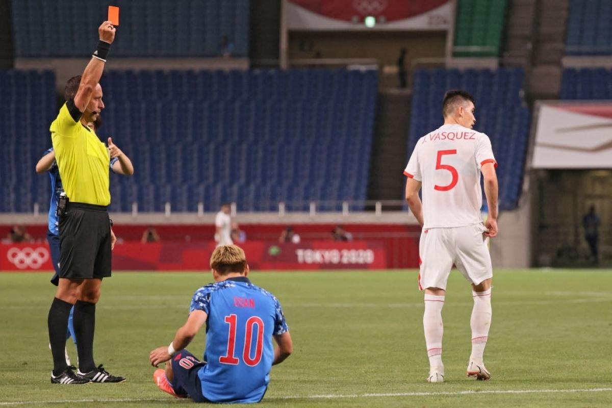 Nhật Bản chủ động phòng ngự bảo vệ thành quả và trong 1 pha phản công Ritsu Doan khiến trung vệ Johan Vasquez phải nhận thẻ đỏ trực tiếp ở phút 68. (Ảnh: Getty)