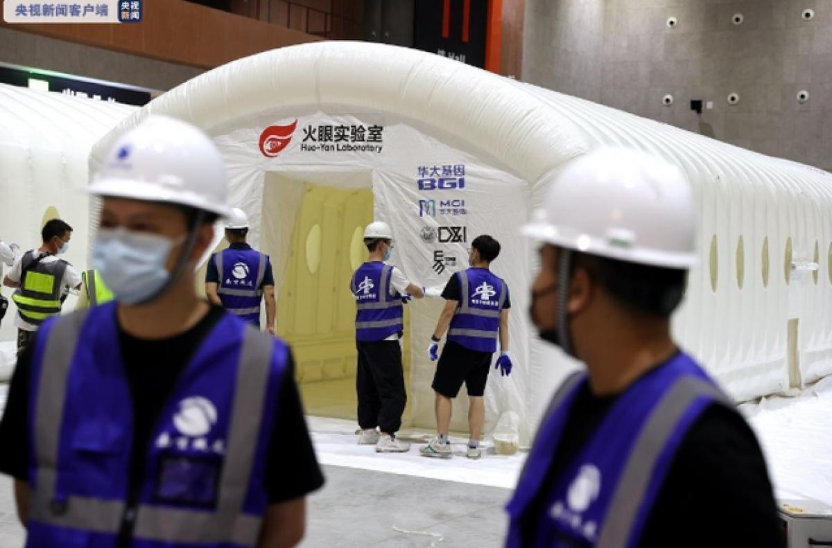 Các phòng thí nghiệm khẩn cấp dùng để xét nghiệm Covid-19 được thiết lập nhanh chóng ở Nam Kinh. Ảnh: CCTV