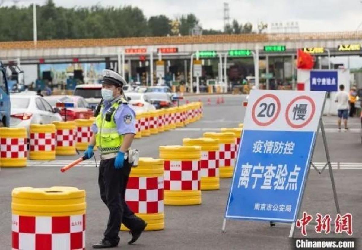 Chốt kiểm tra ở cửa ngõ thành phố Nam Kinh. Ảnh: Chinanews