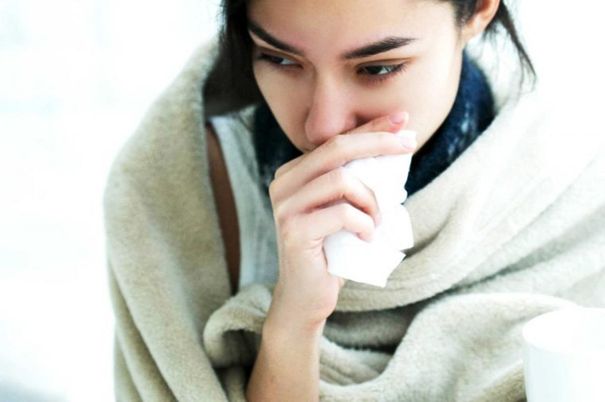 """Cảm lạnh và dị ứng theo mùa: Cảm lạnh và dị ứng theo mùa làm các hốc mũi bị sưng lên và gây tích tụ chất nhầy trong mũi, khiến bạn bị ngạt mũi. Khi bạn cố gắng thông mũi bằng cách """"xì"""" mũi để đẩy các chất nhầy này ra, bạn có thể làm rách các mạch máu li ti trong mũi, gây tình trạng chảy máu mũi."""