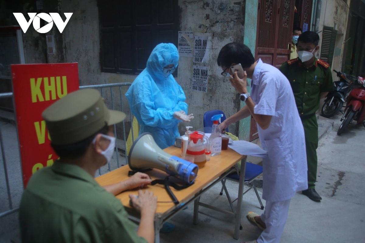 Hà Nội phát hiện nhiều chuỗi lây nhiễm qua sàng lọc người ho sốt trong cộng đồng và liên quan đến bệnh viện.