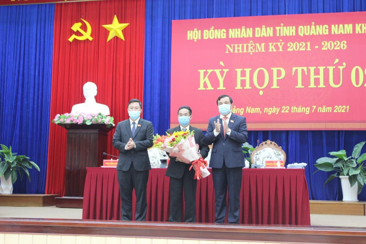 Ông Trần Anh Tuấn (đứng giữa) được bầu giữ chức danh Phó Chủ tịch UBND tỉnh Quảng Nam nhiệm kỳ 2021-2026, với 54/55 phiếu tín nhiệm