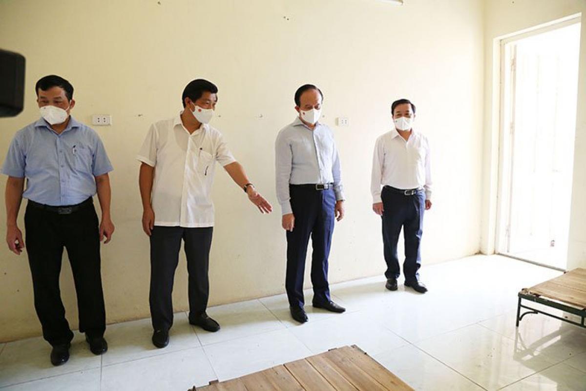 Chủ tịch HĐND TP Nguyễn Ngọc Tuấn và Phó Chủ tịch Chử Xuân Dũng kiểm tra, chỉ đạo chuẩn bị phòng cách ly tại Trường Cao đẳng Sư phạm Hà Tây - Hà Nội.