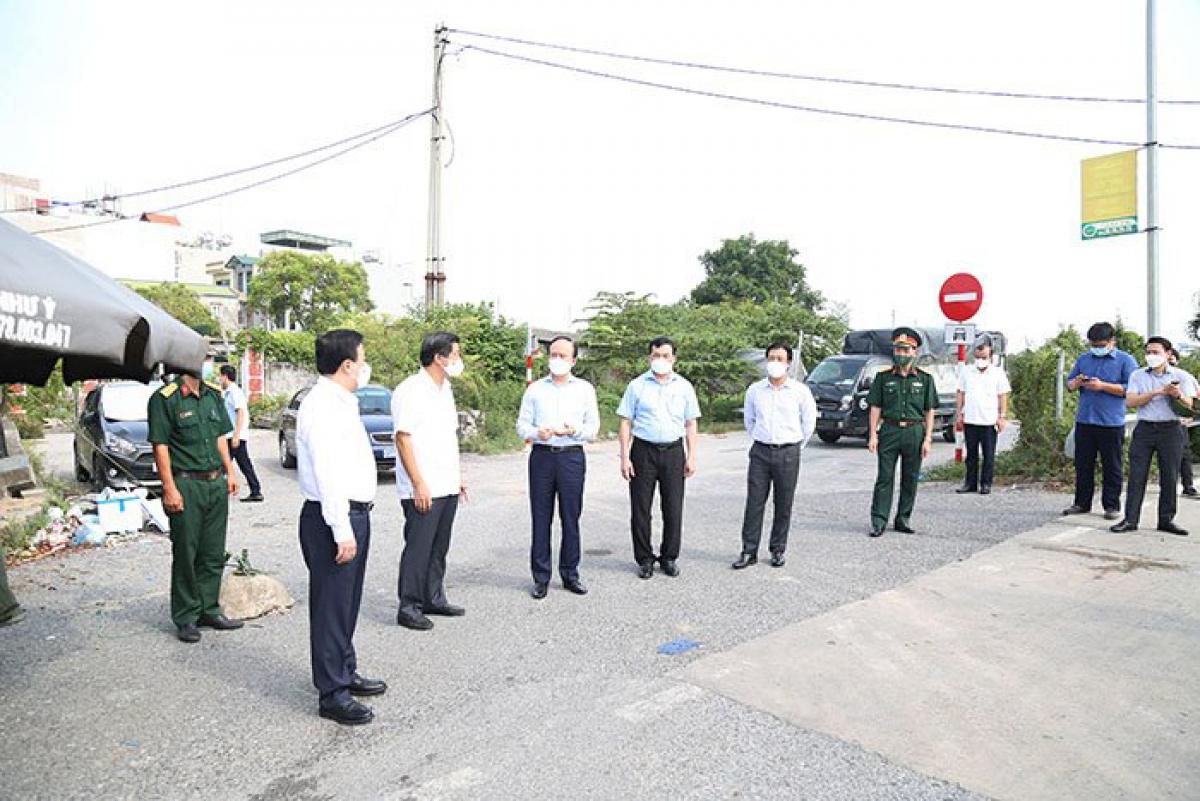 Đoàn kiểm tra tại chốt kiểm dịch trạm thu phí nút giao Hà Hồi.