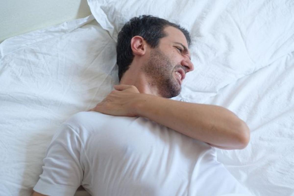 Cơn đau không do vận động: Nếu bạn thức dậy vào buổi sáng với một cơn đau buốt nhói ở một phần cơ thể dù bạn không hề cử động phần cơ thể đó, có thể bạn cần được chăm sóc y tế. Cụ thể, cơn đau lưng không thuyên giảm, hoặc tăng nặng khi bạn nằm xuống có thể là dấu hiệu của một chấn thương nghiêm trọng.