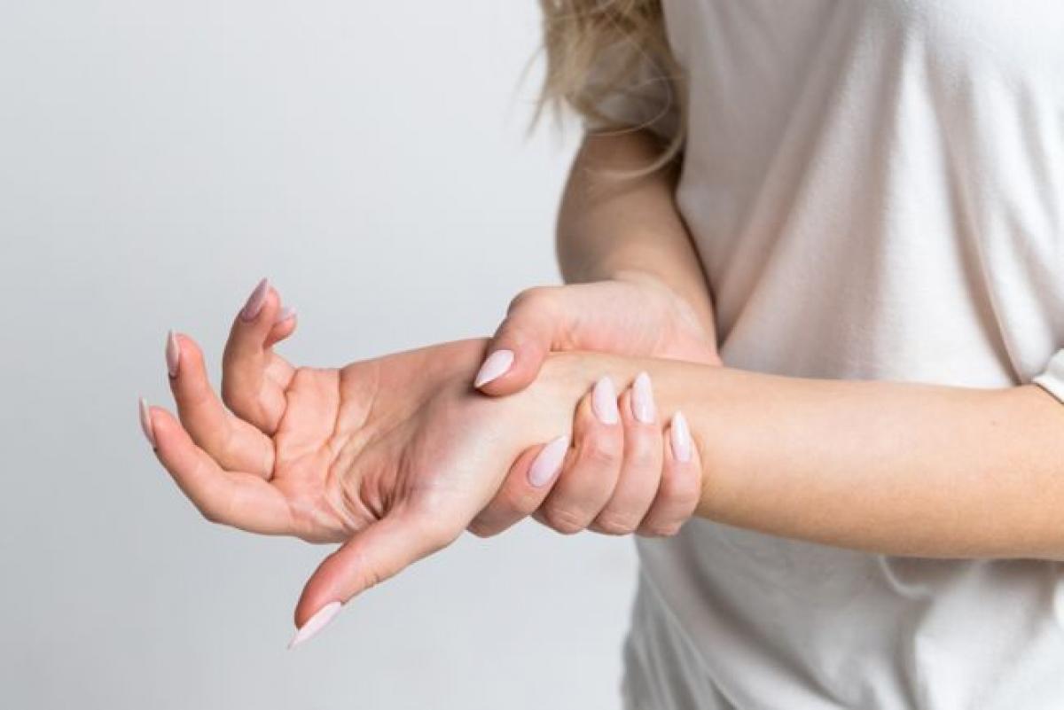 Cơn đau đi kèm cảm giác tê hoặc châm chích: Tê bì, châm chích hoặc mất cảm giác có thể là dấu hiệu của một tổn thương thần kinh hoặc các vấn đề sức khỏe nghiêm trọng khác, do đó tốt nhất bạn nên đến cơ sở y tế để được điều trị kịp thời.