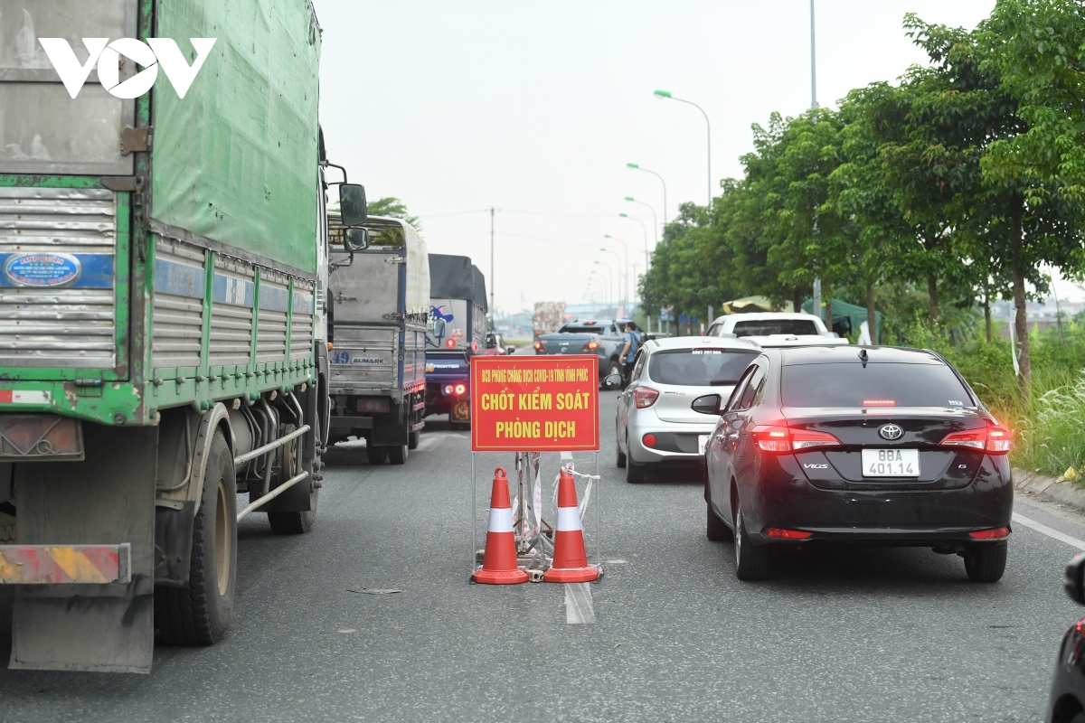 Long queues form at the entrance connecting Hanoi to Vinh Phuc province from early in the morning of July 20.