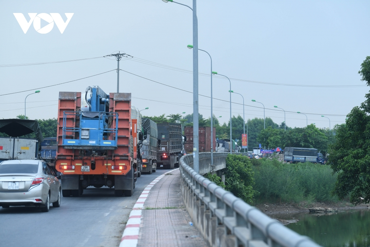 The traffic jam stretches back for two kilometres and lasts for many hours.