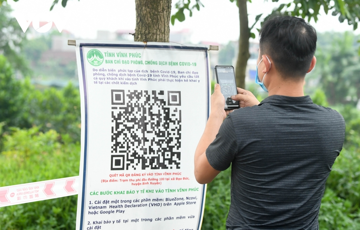 A driver uses a QR code in order to undergo a healthcare declaration to save time.