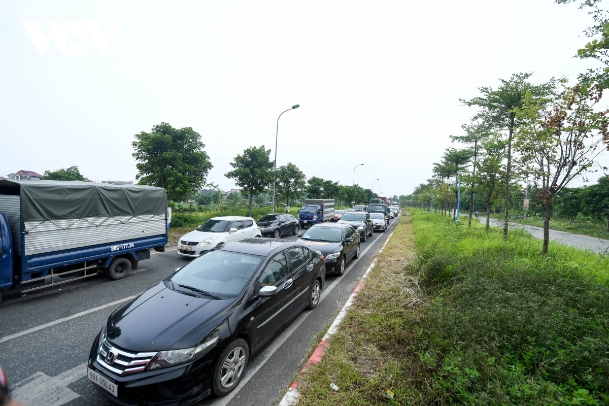 The large number of vehicles causes long traffic jams which last for several hours.