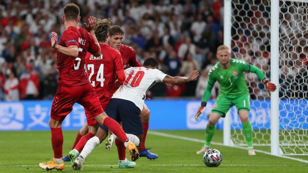 Tình huống Sterling ngã trong vòng cấm Đan Mạch. (Ảnh: Reuters)