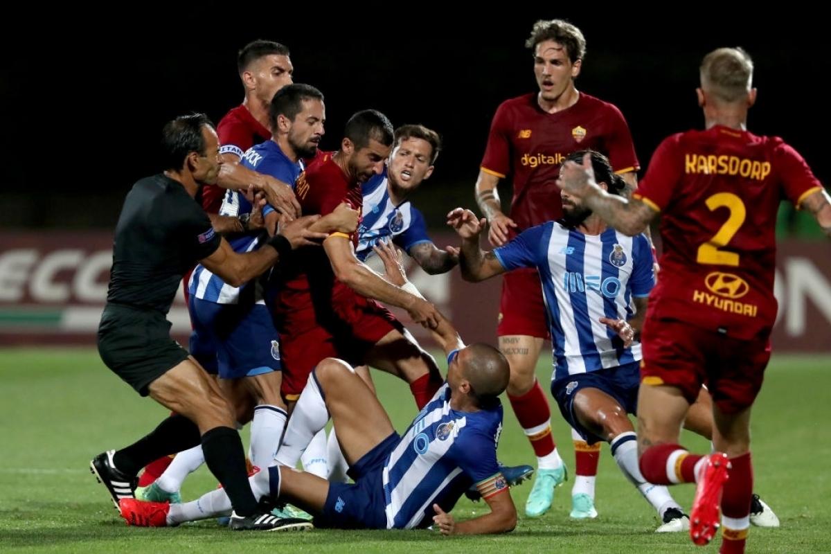 Các cầu thủ Porto và Roma lời qua tiếng lại với nhau (Ảnh: Getty).
