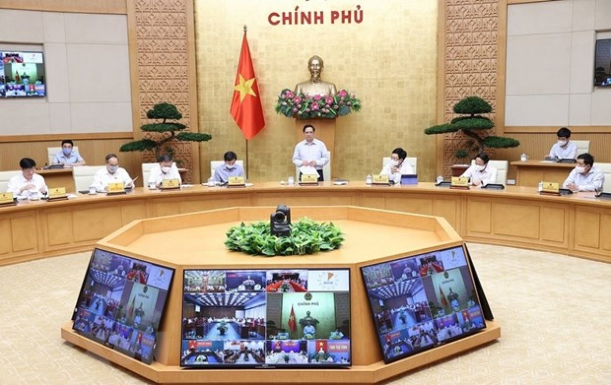 Prime Minister Pham Minh Chinh speaks at the meeting.