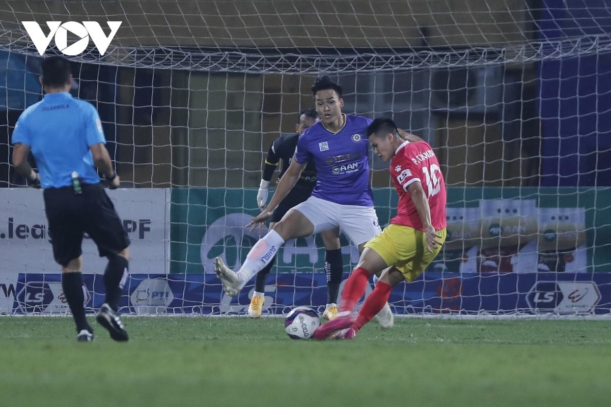 Phạm Tuấn Hải ghi bàn thắng rất đẹp vào lưới Hà Nội FC ở V-League 2021 (Ảnh: Minh Hoàng).