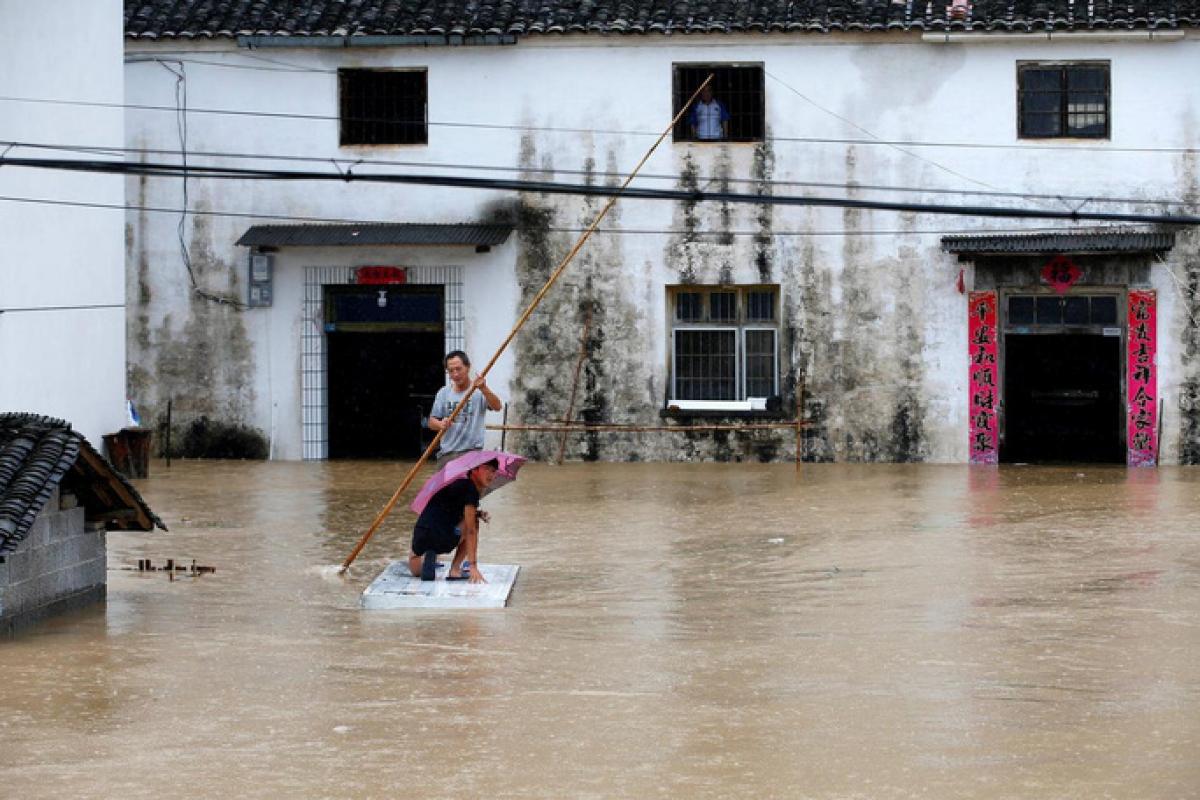 Một trận mưa lũ tại Trung Quốc. Ảnh: Reuters