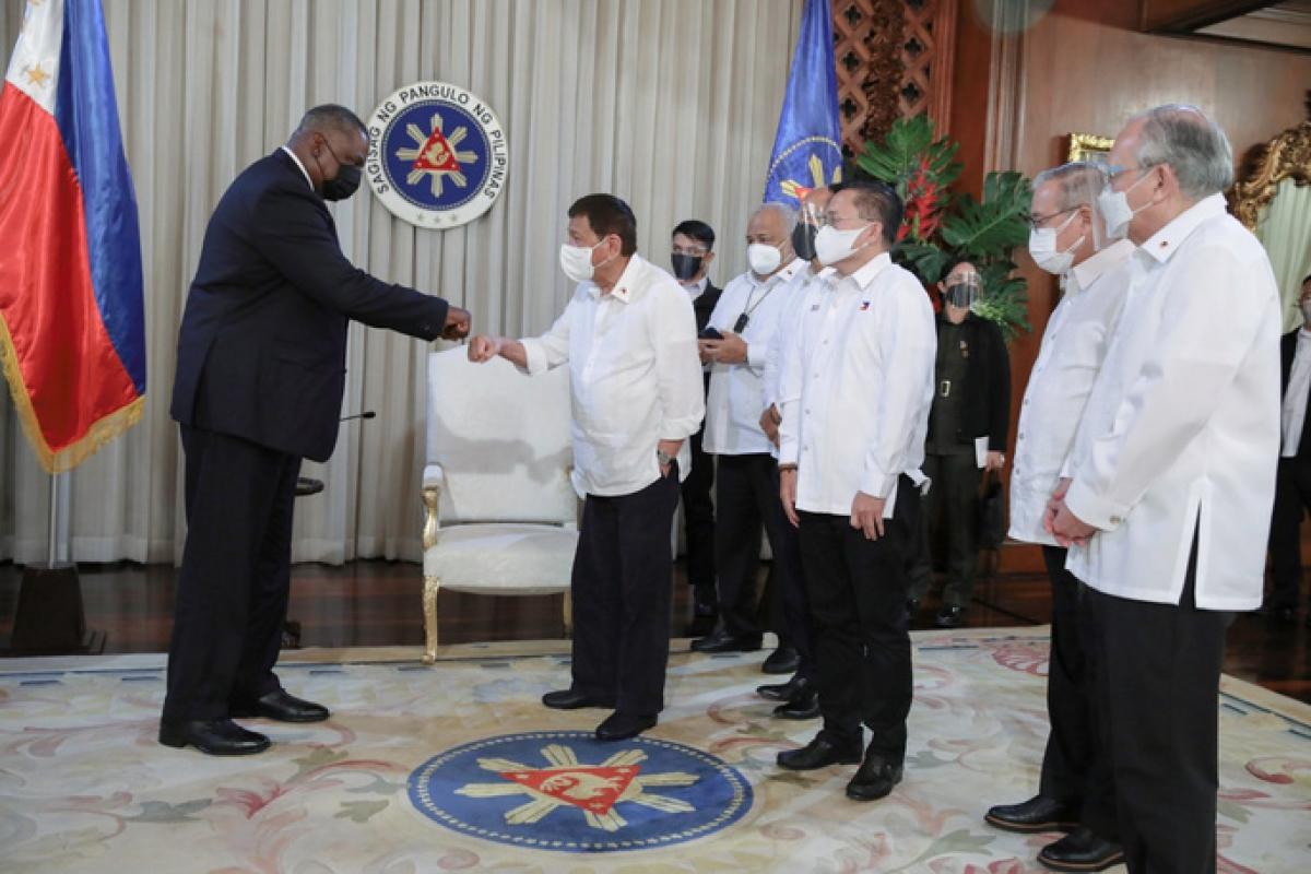 Tổng thống Philippines Rodrigo Duterte (phải) và Bộ trưởng Quốc phòng Mỹ Lloyd Austin trong cuộc gặp tại Malacañang. Ảnh: Malacañang