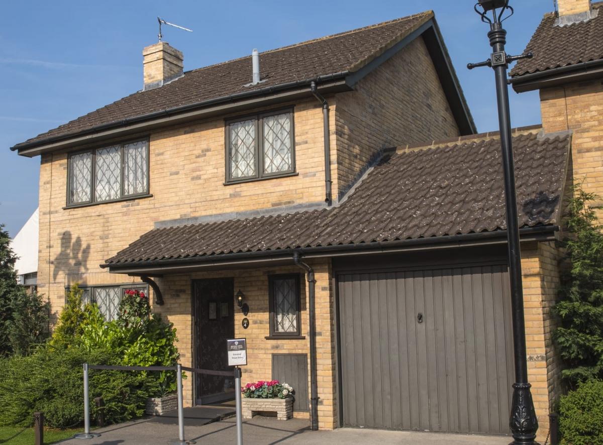 """Chắc chắn những fan ruột Harry Potter không thể bỏ qua nhà số 4 đường Privet Drive, Little Whinging, Surrey (Anh), nơi chàng phù thủy đã sống thời thơ ấu. Ngôi nhà vùng ngoại ô này là nơi quay những cảnh đầu tiên về Harry và gia đình Dursley trong """"Harry Potter và Hòn đá phù thủy""""."""