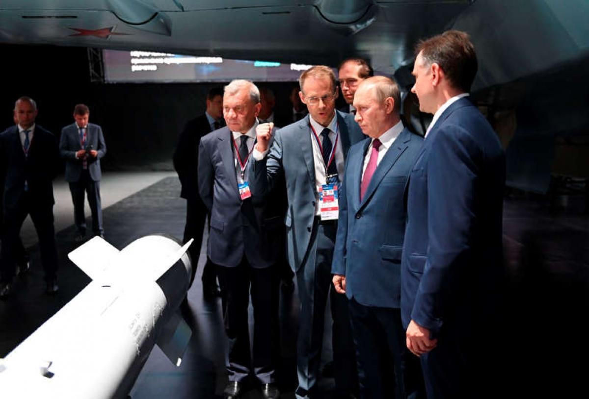 Tổng thống Putin xem các mẫu vũ khí mới tại triển lãm hàng không MAKS-2021 ngày 20/7. Ảnh: AP