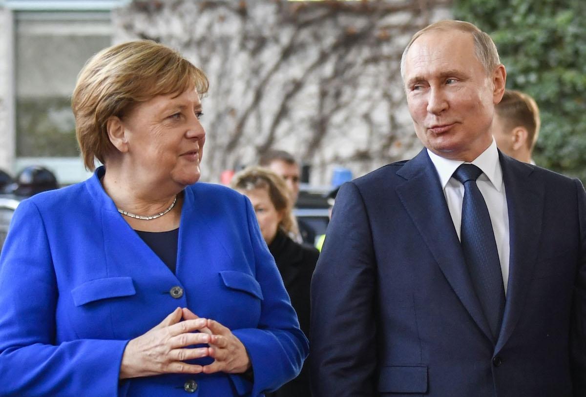Thủ tướng Đức Angela Merkel chào đón Tổng thống Nga Vladimir Putin tới dự hội nghị hòa bình về Lybia ở Berlin ngày 19/1/2020. Ảnh: AFP