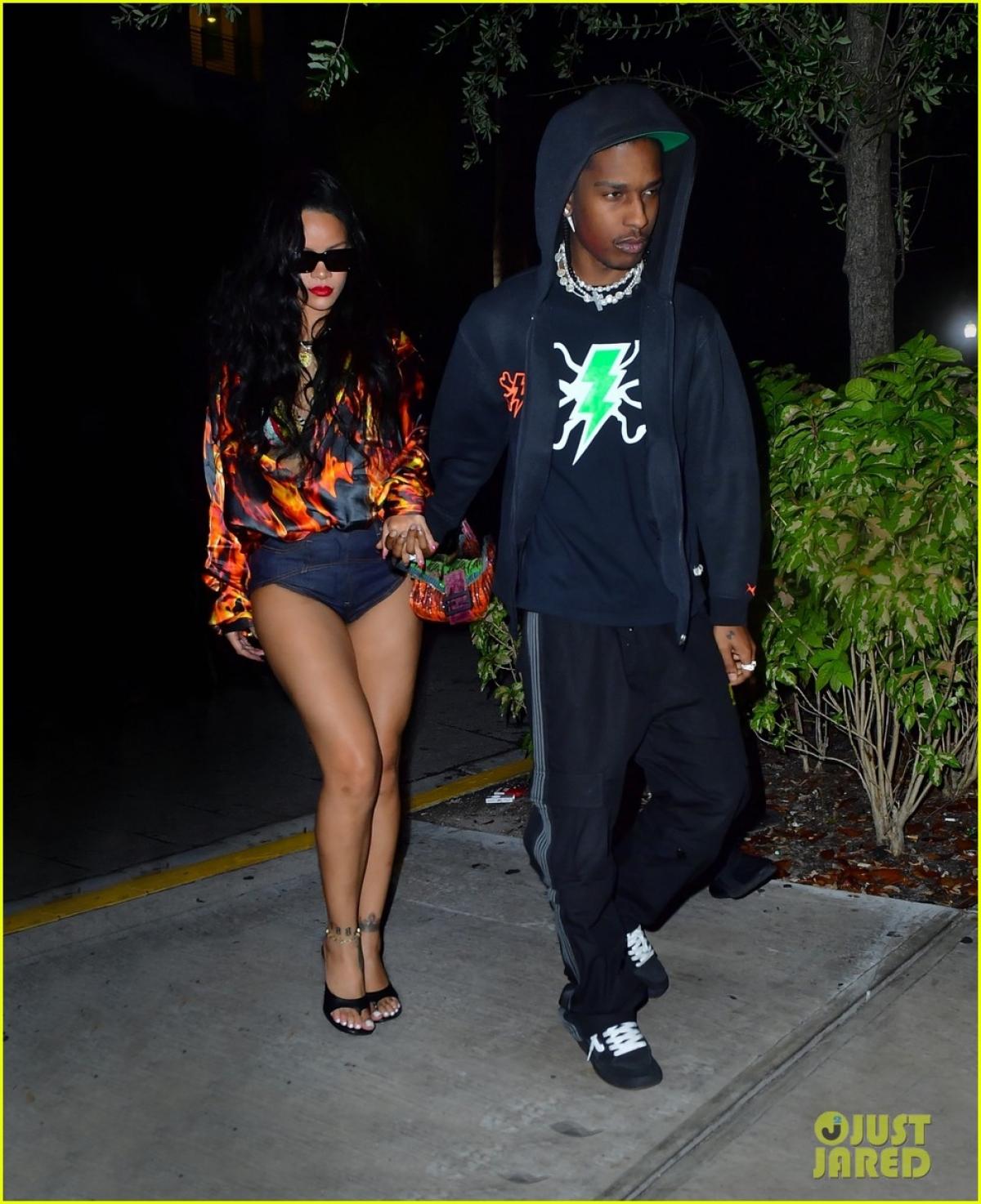 Rihanna và A $ AP Rocky cùng nhau đi ăn tối tại nhà hàng sang trọng ở Miami hôm 28/7.