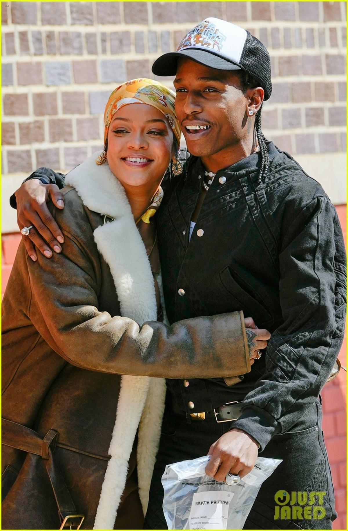 Theo People, Rihanna và A$AP Rocky từ quan hệ bạn bè lâu năm đã phát triển thành tình yêu.