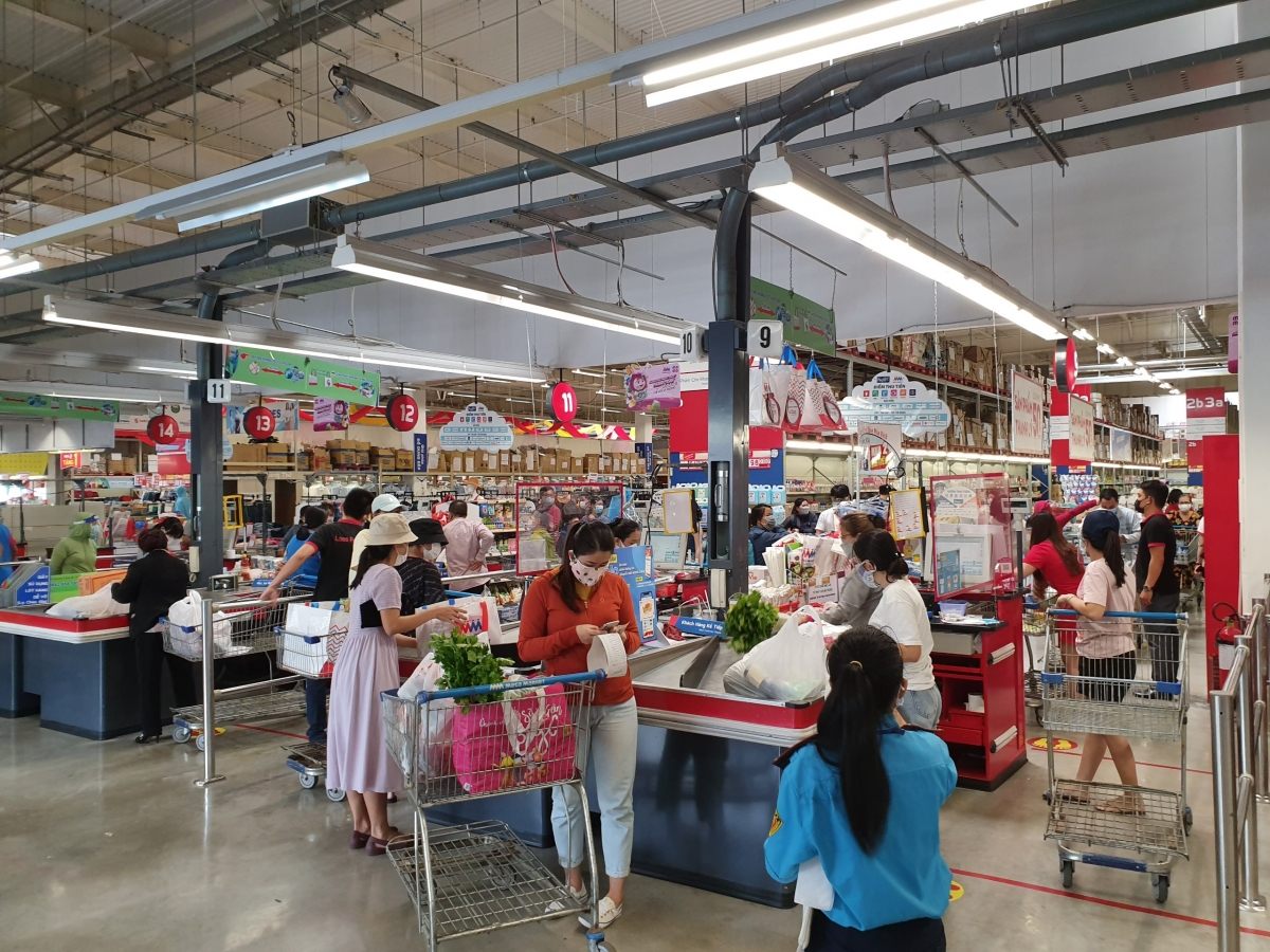 Rất đông người dân mua hàng tại siêu thị ở Nha Trang.