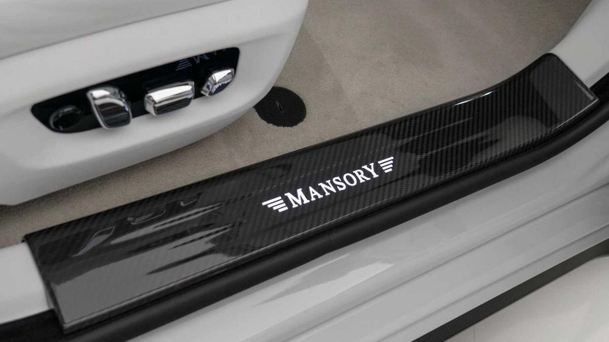 Nhiều nơi trong khoang lái như vô-lăng, táp-lô, bệ tì tay trung tâm, ốp cửa được thay bằng vật liệu sợi carbon.