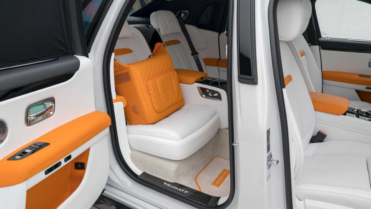 Da bọc chủ đạo được lựa chọn màu trắng với các chi tiết tương phản màu cam.