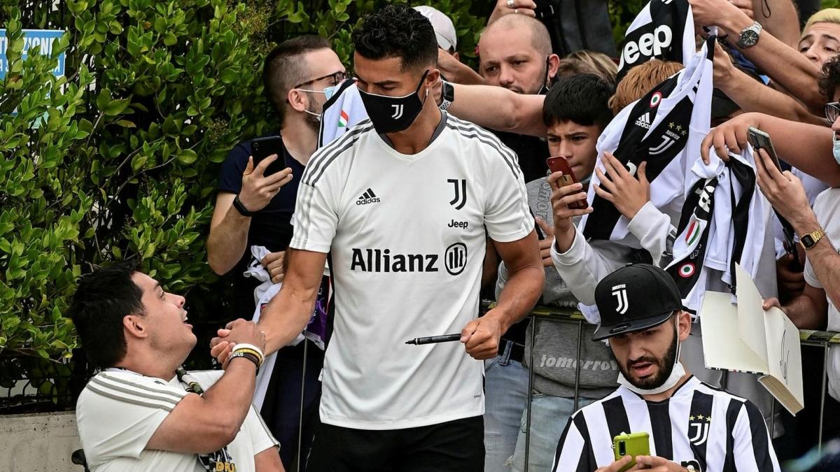 CR7 để lại hình ảnh đẹp khi nhiệt tình giao lưu với người hâm mộ trước khi vào đại bản doanh của Juventus.