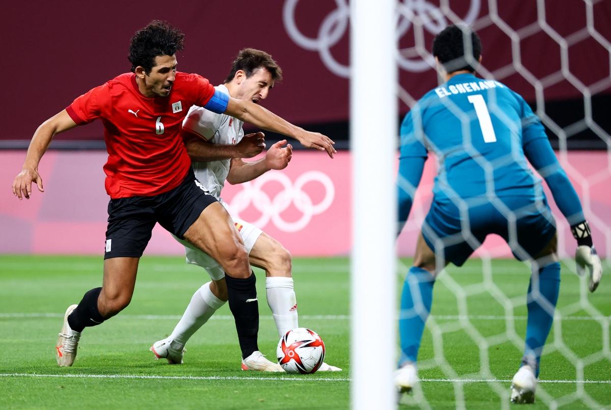 Tình huống khiến Mikel Oyarzabal chấn thương. (Ảnh: Reuters).