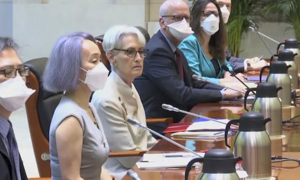 Thứ trưởng Ngoại giao Mỹ Wendy Sherman trong cuộc hội đàm với giới chức Trung Quốc ở Thiên Tân hôm 26/7. Ảnh: Reuters