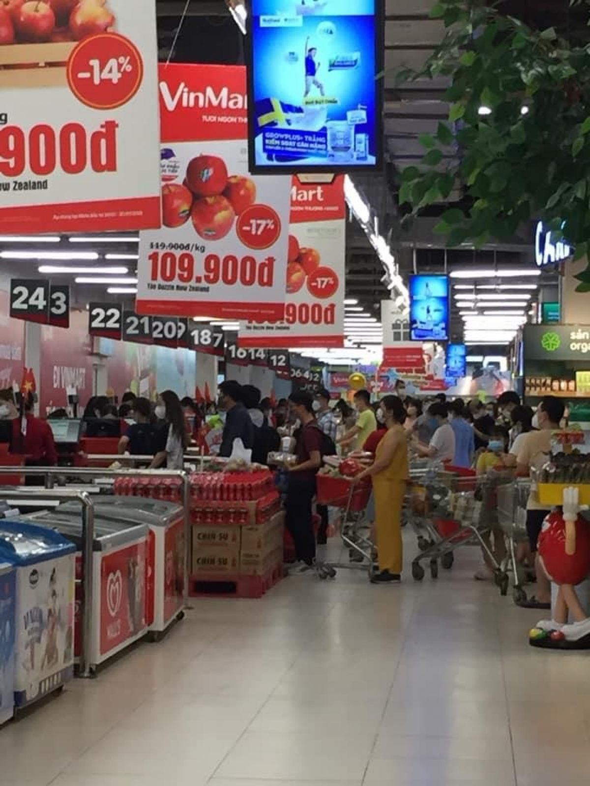 """Tối 23/7, lượng khách tới một số siêu thị ở Hà Nội <a href=""""https://vov.vn/kinh-te/thi-truong/van-con-nguoi-nghe-don-ha-noi-sap-phong-toa-lao-vao-sieu-thi-vo-vet-do-876507.vov"""">mua sắm tăng đột biến</a>. Cá biệt là ở siêu thị Vinmart trong khu đô thị Times City, có tình trạng chen chân mua hàng tích trữ khiến quầy thanh toán chật kín người."""