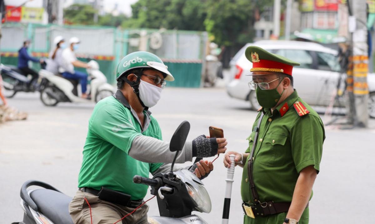 """Sẽ xử phạt shipper ở Hà Nội không có """"thẻ"""" được cấp phép."""