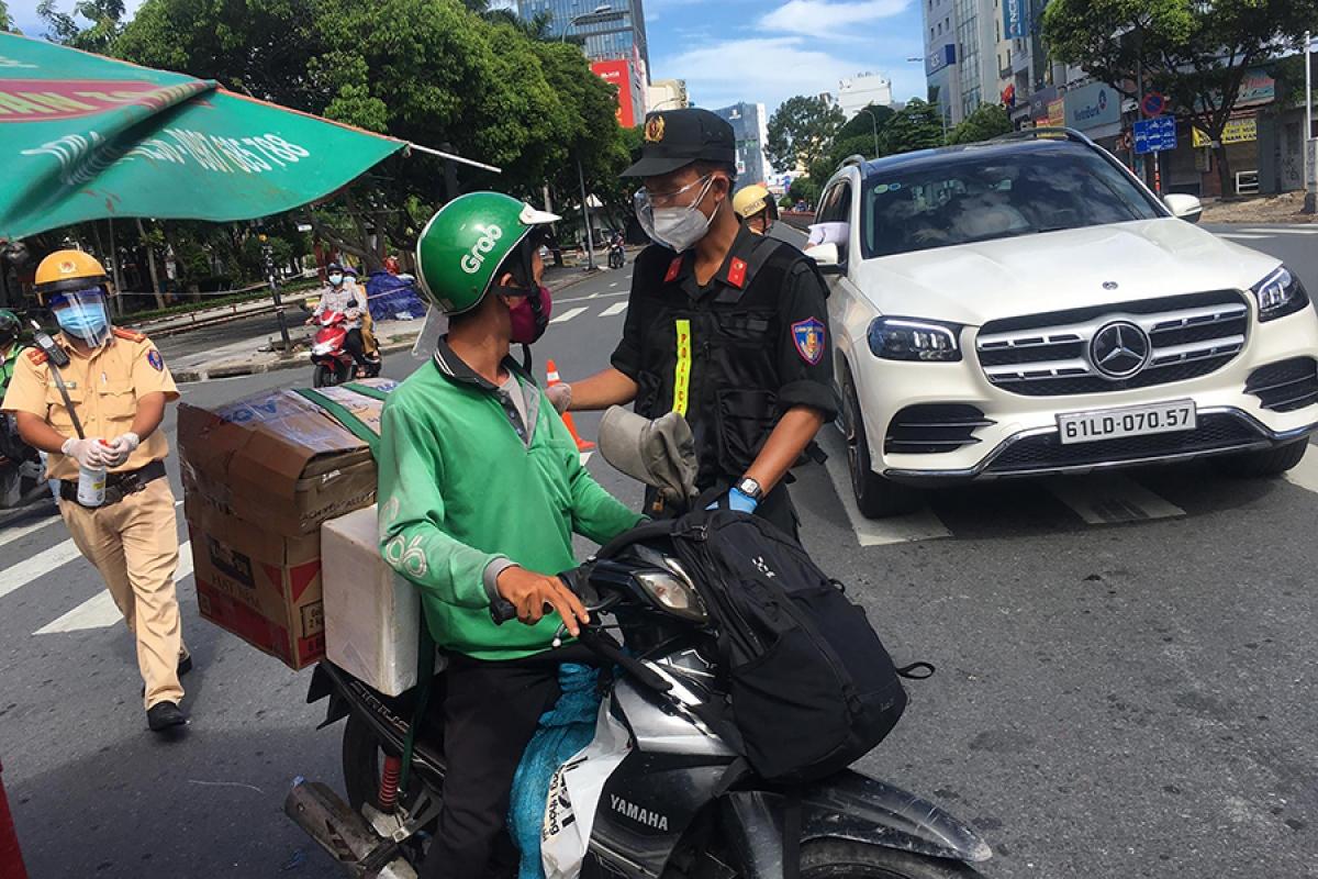 Lực lượng chức năng thành phố Hà Nội sẽ tiến hành xử lý nghiêm tài xế giao hàng của các ứng dụng gọi xe công nghệ vi phạm quy định ra đường không có lý do chính đáng để phòng chống dịch COVID-19.