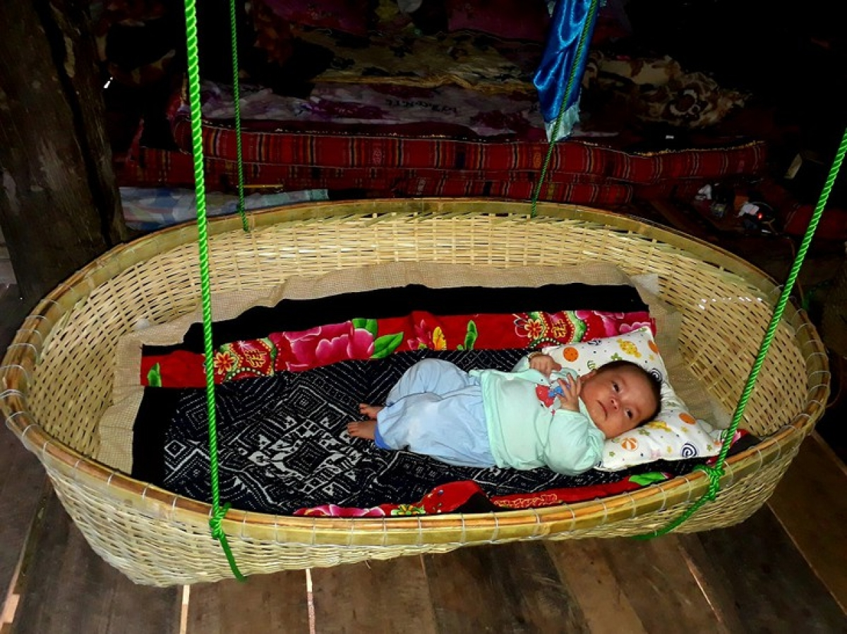 The cradle that thepaternal grandfather weaves for his grandchild