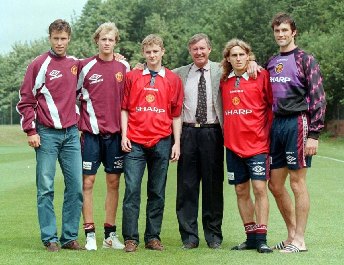 Sir Alex Ferguson chụp ảnh cùngSolskjaer và những tân binh của MU trong mùa Hè 1996. (Ảnh: The Sun).