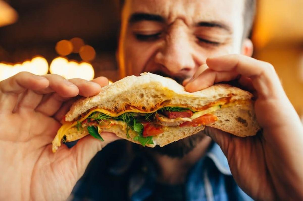Đói bất thường: Ngược lại với triệu chứng chán ăn nói trên, đôi khi viêm loét dạ dày lại gây ra cảm giác nóng rát, cồn cào giống như cơn đói trong dạ dày. Cảm giác này có thể biến mất ngay khi bạn ăn gì đó.
