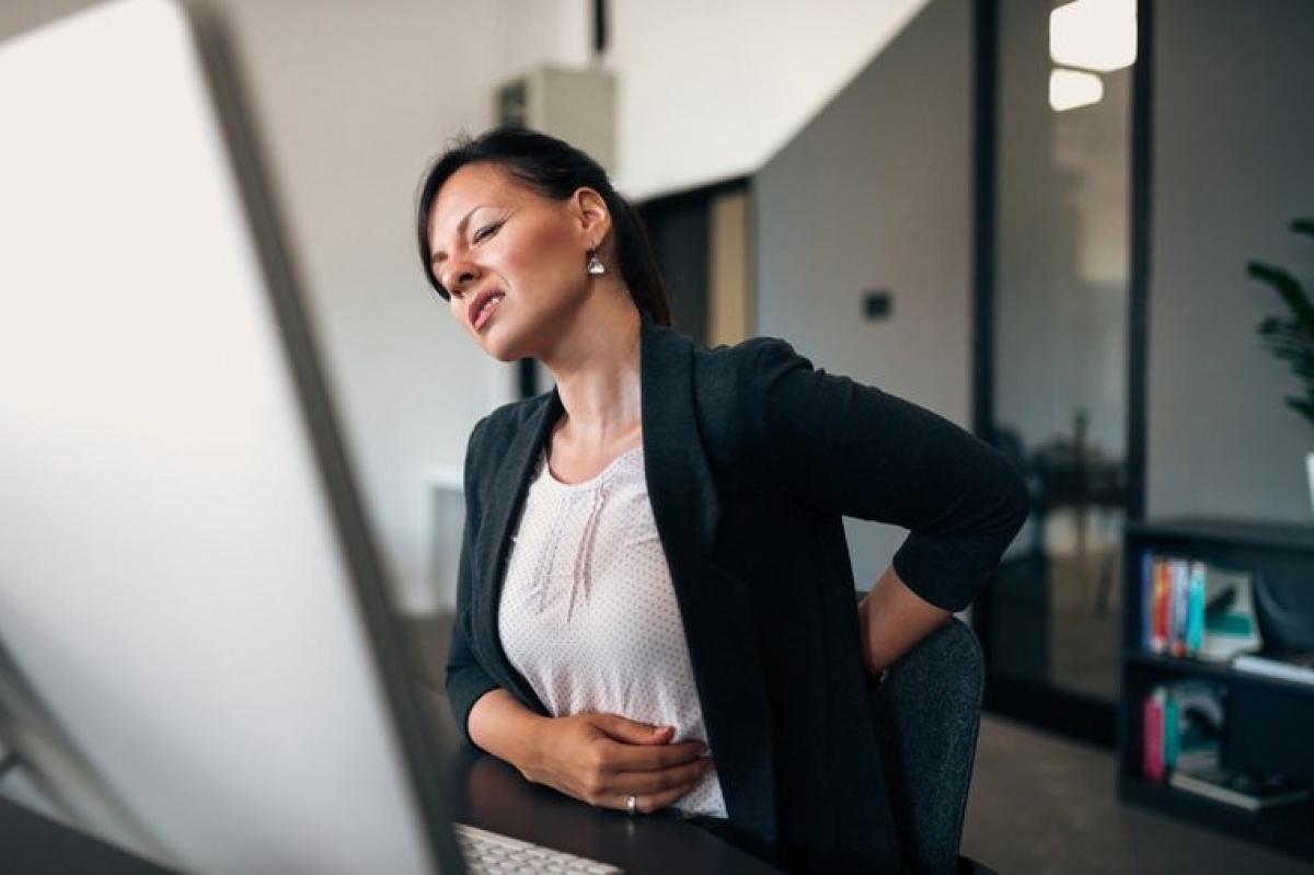 Đau lưng: Có thể khó tin, nhưng một số người mắc viêm loét dạ dày cho biết cơn đau của họ lan cả ra vùng thắt lưng.