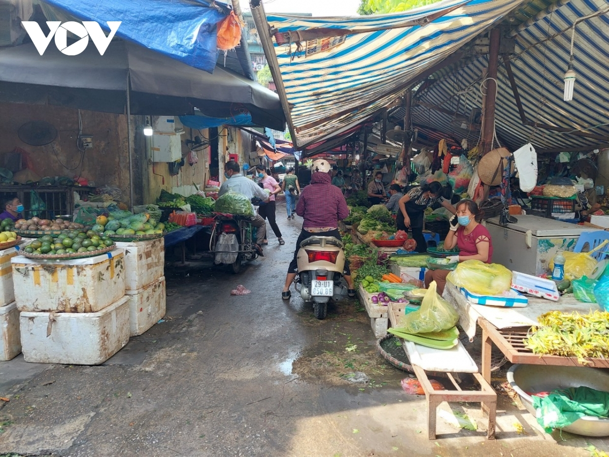 Hien, a local trader, says there has been an increase in customers visiting wet markets on July 19 morning, with many looking to stockpile goods amid tighter prevention measures.